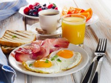 Breakfast,With,Two,Fried,Eggs,,Bacon,toasts,orange,Juice,And,Coffee.selective,Focus