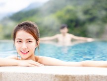 Young,Asian,Couple,Relaxing,In,Hot,Springs