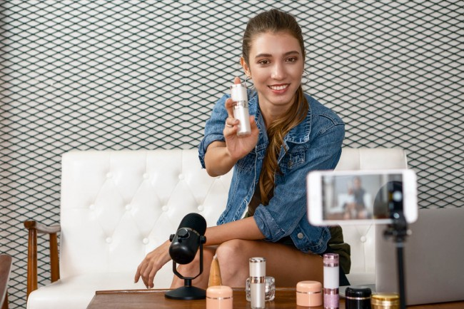 Caucasian,Makeup,Artist,Youtuber,Influencer,Broadcasting,Demonstrating,Her,Cosmetic,Product